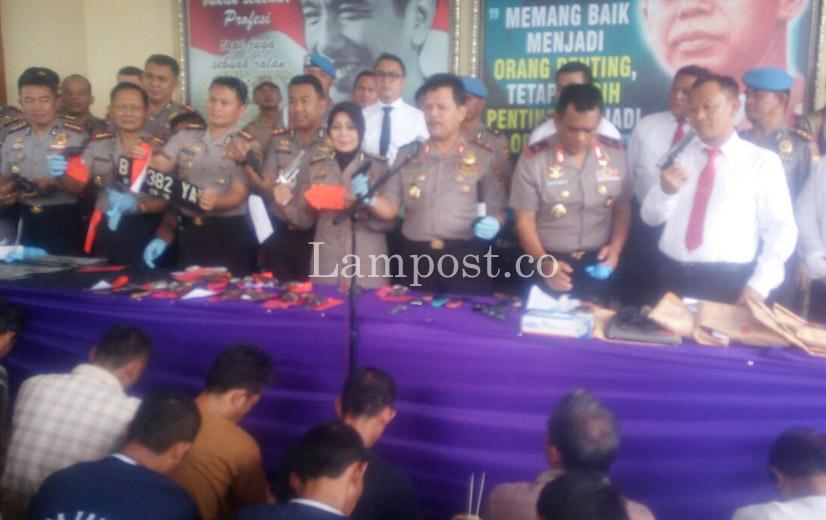 LAMPUNG POST | Lagi, 19 Pucuk Senjata Api Rakitan Diserahkan ke Polisi