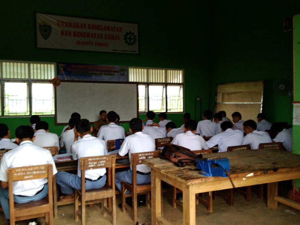 LAMPUNG POST | Kekurangan Ruang Kelas, Siswa SMKN Bumiratunuban Belajar Dibengkel