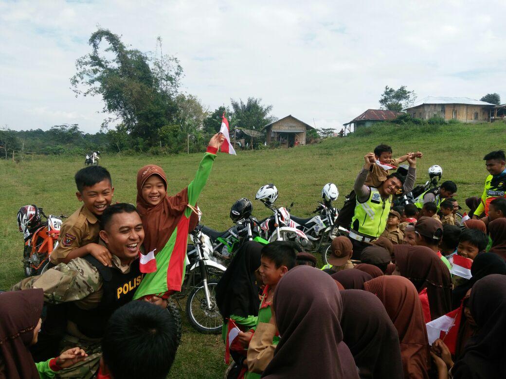 Kapolres Lampung Barat Beri Bantuan Siswa SD di Derah Terisolir