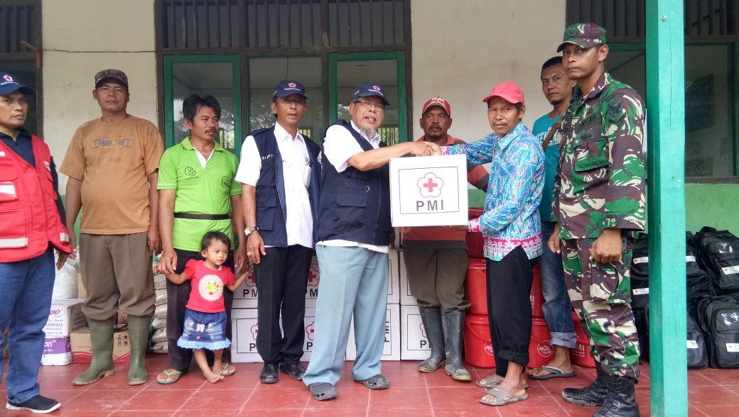 PMI Lamsel Salurkan Bantuan kepada Korban Banjir di Sragi