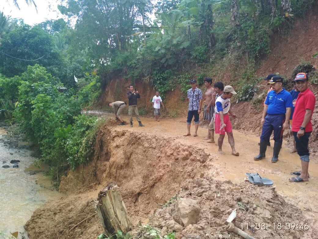 Banjir Sebabkan Tiga Dusun di Kecamatan Teluk Pandan Longsor