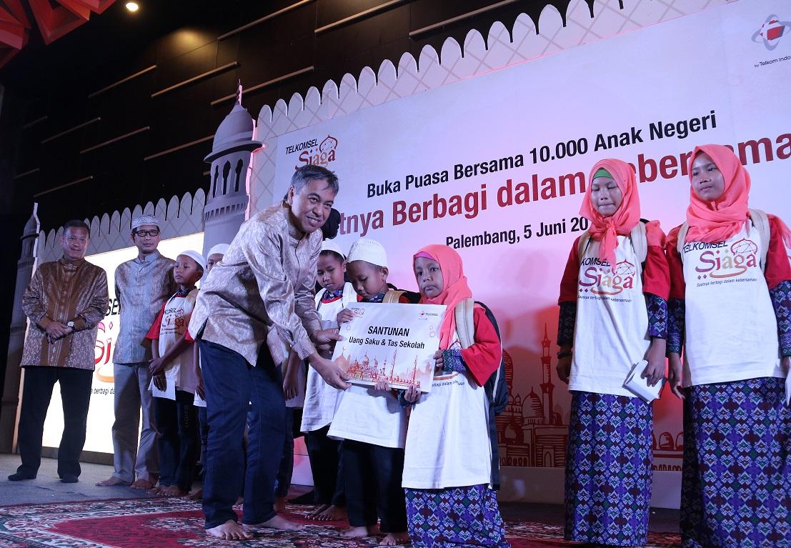 LAMPUNG POST | Telkomsel Berbagi dengan Anak Panti Asuhan di Palembang