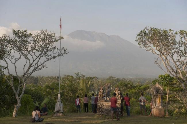 LAMPUNG POST | 22.344 Pengungsi Gunung Agung Tersebar di 125 Titik