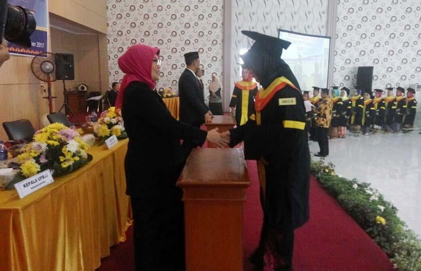 LAMPUNG POST | 762 Lulusan Universitas Terbuka Ikuti Upacara Penyerahan Ijazah