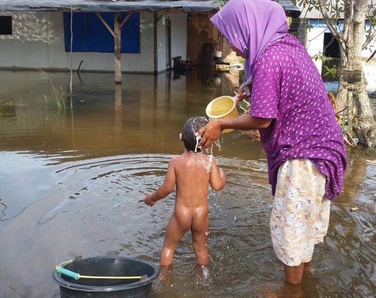 Air Kotor, Simalakama Korban Banjir di Kampung Cabang