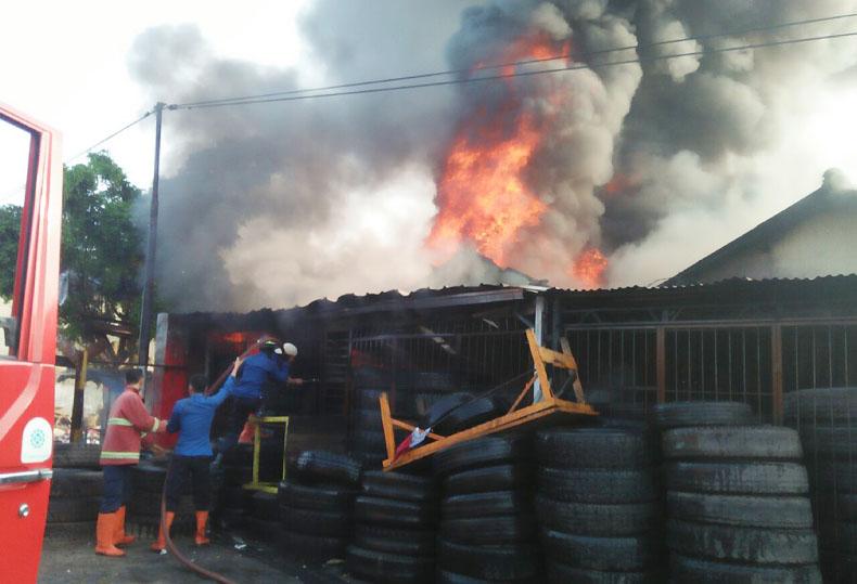LAMPUNG POST | Toko Ban Bekas di Panjang Dilalap Si Jago Merah