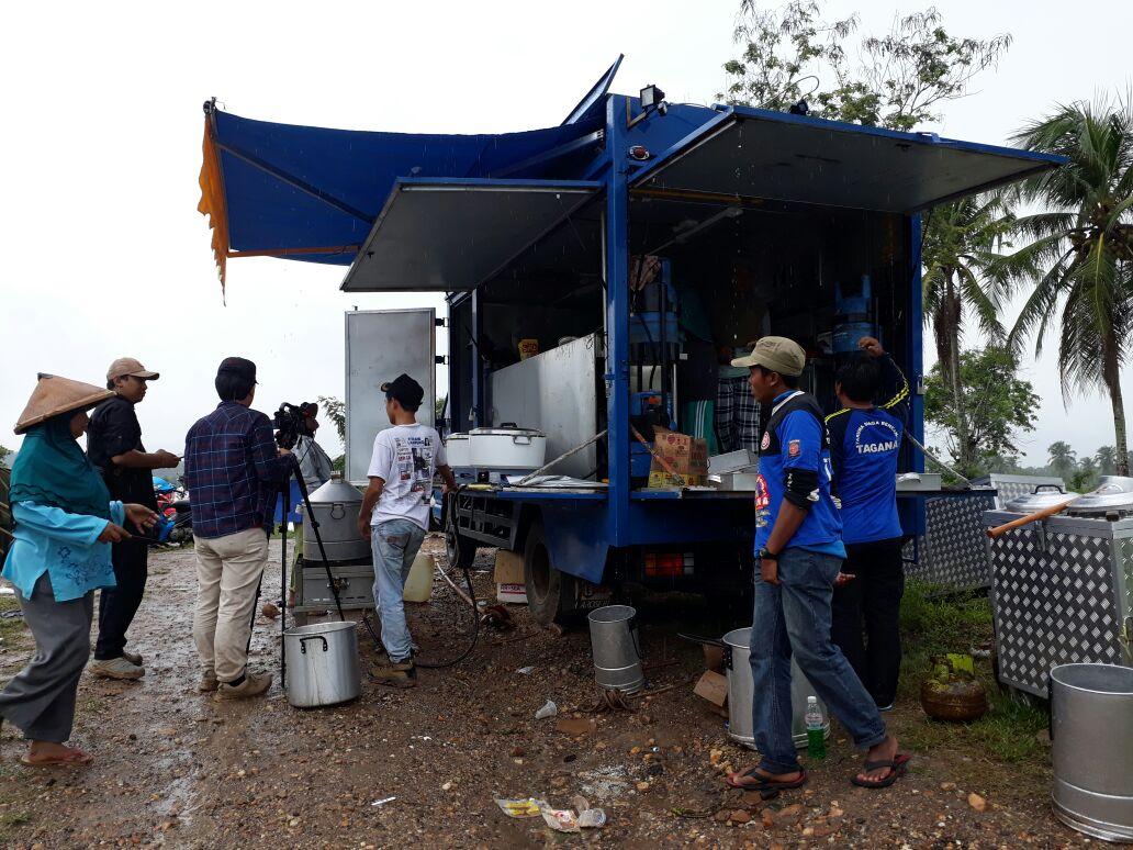LAMPUNG POST | Sejumlah Relawan Membangun Jembatan Gantung