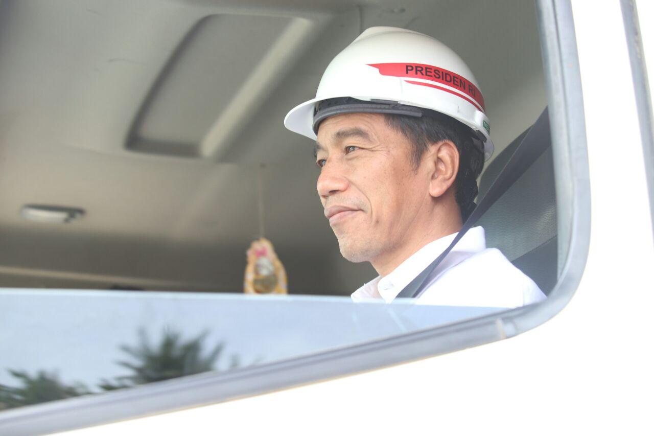LAMPUNG POST | Jokowi Coba Jalan Tol Ruas Bakauheni dengan Naik Fuso