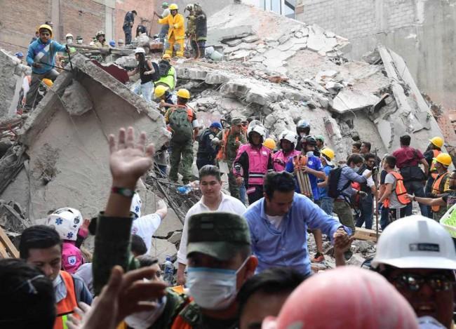 LAMPUNG POST | Tim Penyelamat Kesulitan Evakuasi Korban Gempa Meksiko