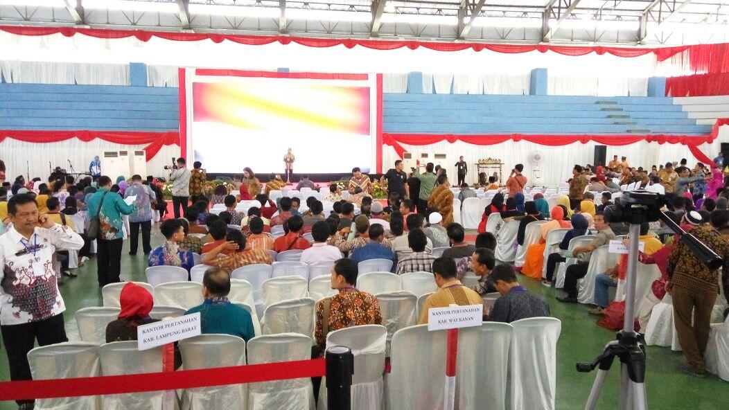 Sambangi Warga  Kalianda, Jokowi Bagikan Sertifikat Tanah Secara Simbolis
