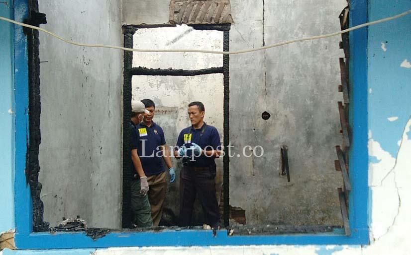 LAMPUNG POST | Ungkap Penyebab Kebakaran Rumah Gunung Sulah, Polisi Terjunkan Puslabfor Palembang