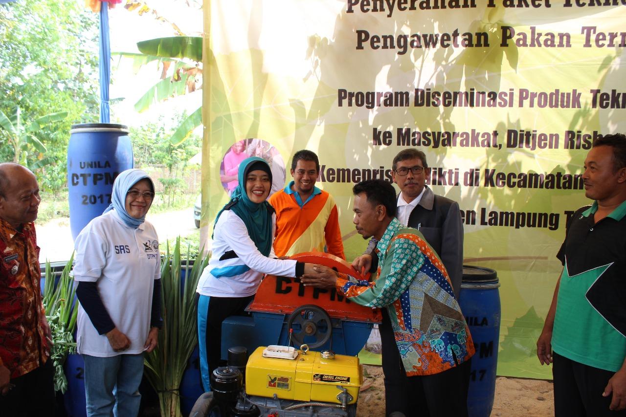 LPPM Unila Bantu Beri bantuan Teknologi Pengawet Pakan Ternak di Lamtim