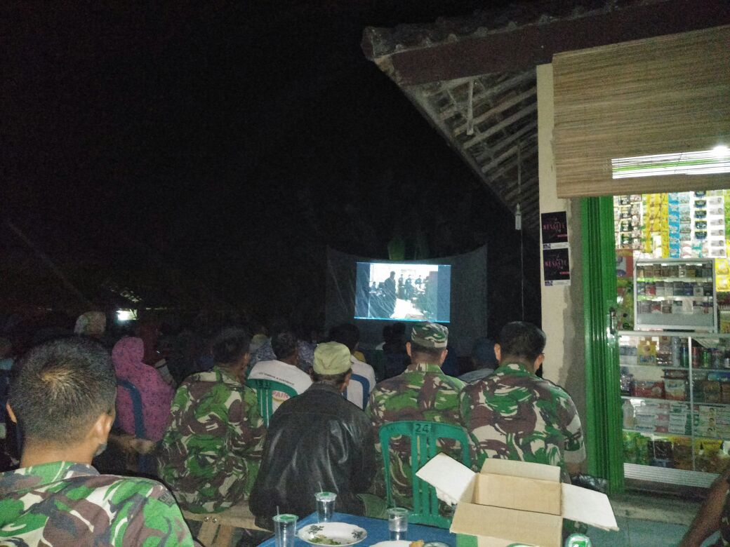 LAMPUNG POST   Warga Palasaji Antusias Nonton Bareng Film G30S PKI Bersama Anggota Koramil