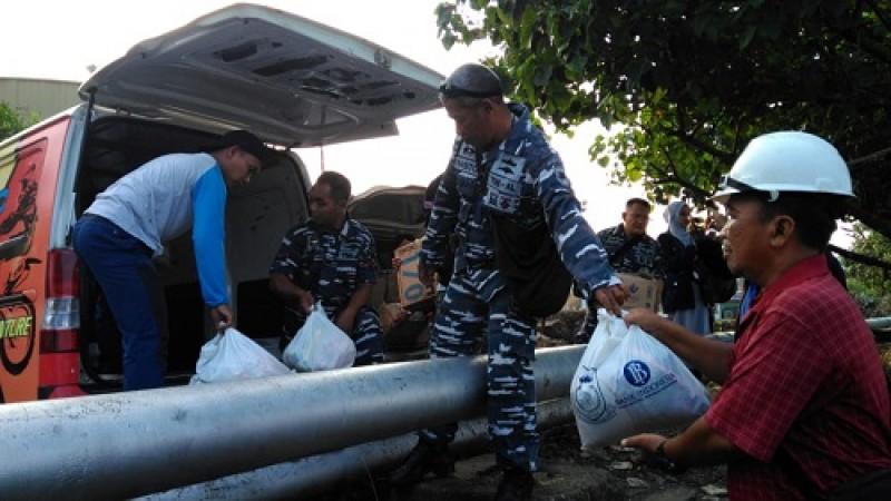 ACT Bersama TNI AL Antarkan Paket Sembako ke Pulau Legundi