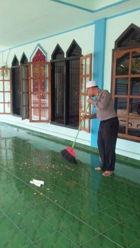 Anggota Babinkantibmas Polres Lampung Utara Bersih-Bersih masjid