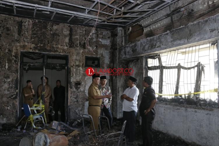 Anggota Dewan Tinjau Kantor Wakil Bupati yang Terbakar