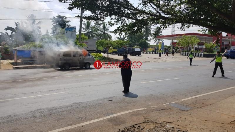 Antre Isi BBM, Sebuah Minibus Terbakar di SPBU Tugu Payam Mas