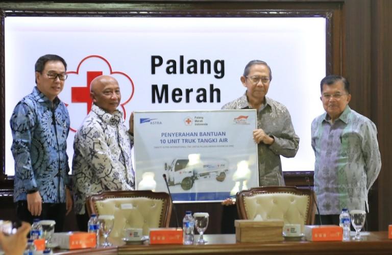 Astra Serahkan 10 Truk Tangki Air untuk PMI