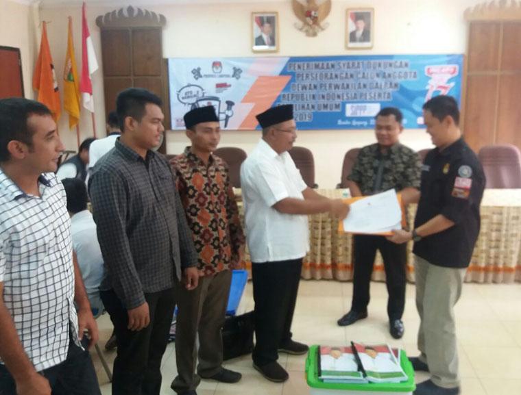 LAMPUNG POST | Ketua PBNU Umar Syah Daftar Calon DPD RI Dapil Lampung