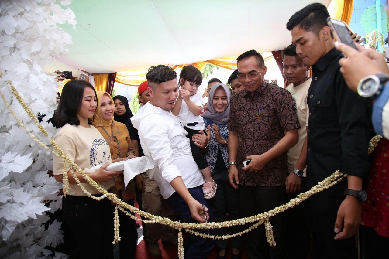 LAMPUNG POST | Gading Marten Buka Toko Kue di Bandar Lampung