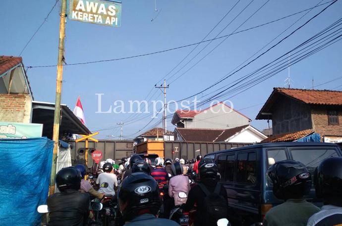 LAMPUNG POST | Perlintasan KA Urip Sumoharjo Jadi Biang Kemacetan pada Jam Sibuk