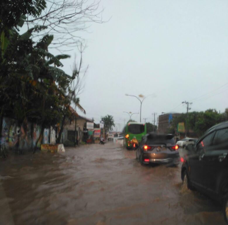 LAMPUNG POST | Sejumlah Titik Jalan di Kota Tapis Tergenang Air