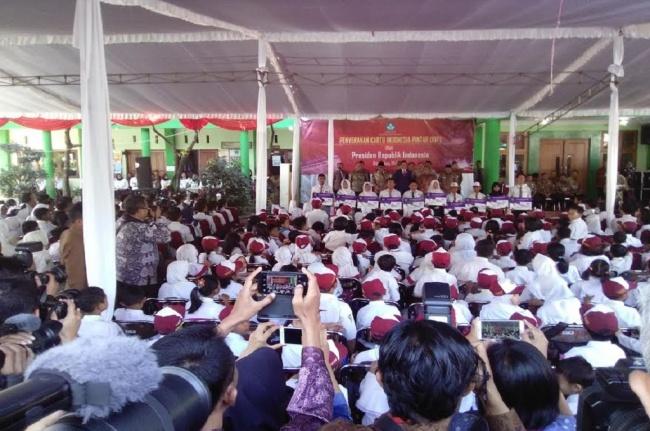 LAMPUNG POST | Bagikan KIP di Malang, Presiden: Jangan Dibelikan Pulsa