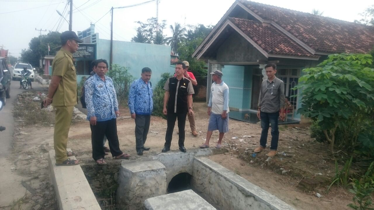 LAMPUNG POST | Tim Tinjau Pembangunan Talud di Pasar Panaraganjaya
