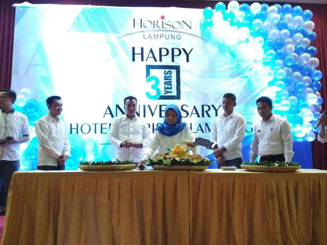LAMPUNG POST | Puncak Anniversary Horison Lampung yang  Ke-3 Ditandai Iris Tumpeng