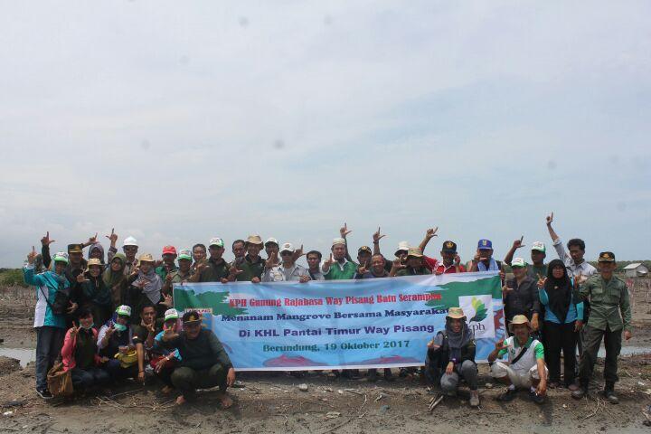 LAMPUNG POST | Tim KPH XIII Lampung Hijaukan Kawasan Pesisir Pantai