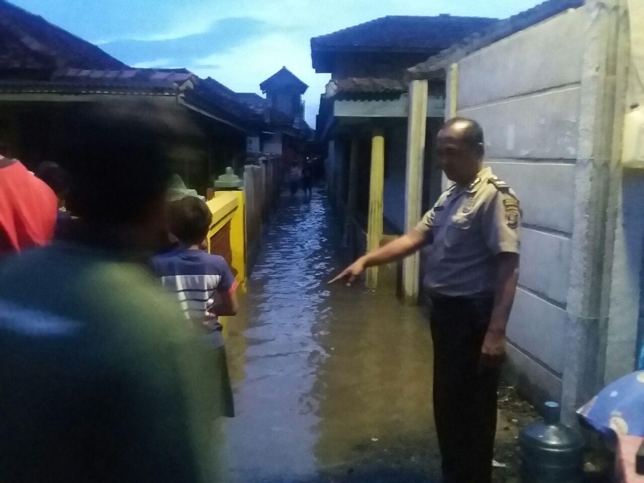 LAMPUNG POST | Cuaca Ekstrem Gelombang Tinggi, 12 Rumah di Rangai Tersapu Ombak