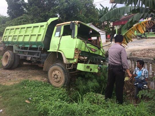 LAMPUNG POST   Diduga Rem Blong, Truk Seruduk Pick Up di Depan Polsek Kedaton