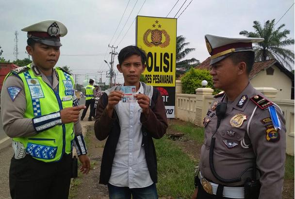LAMPUNG POST   Terjaring Ops Patuh Krakatau, Pemuda Ini Malah Tunjukkan SIM Pinjaman