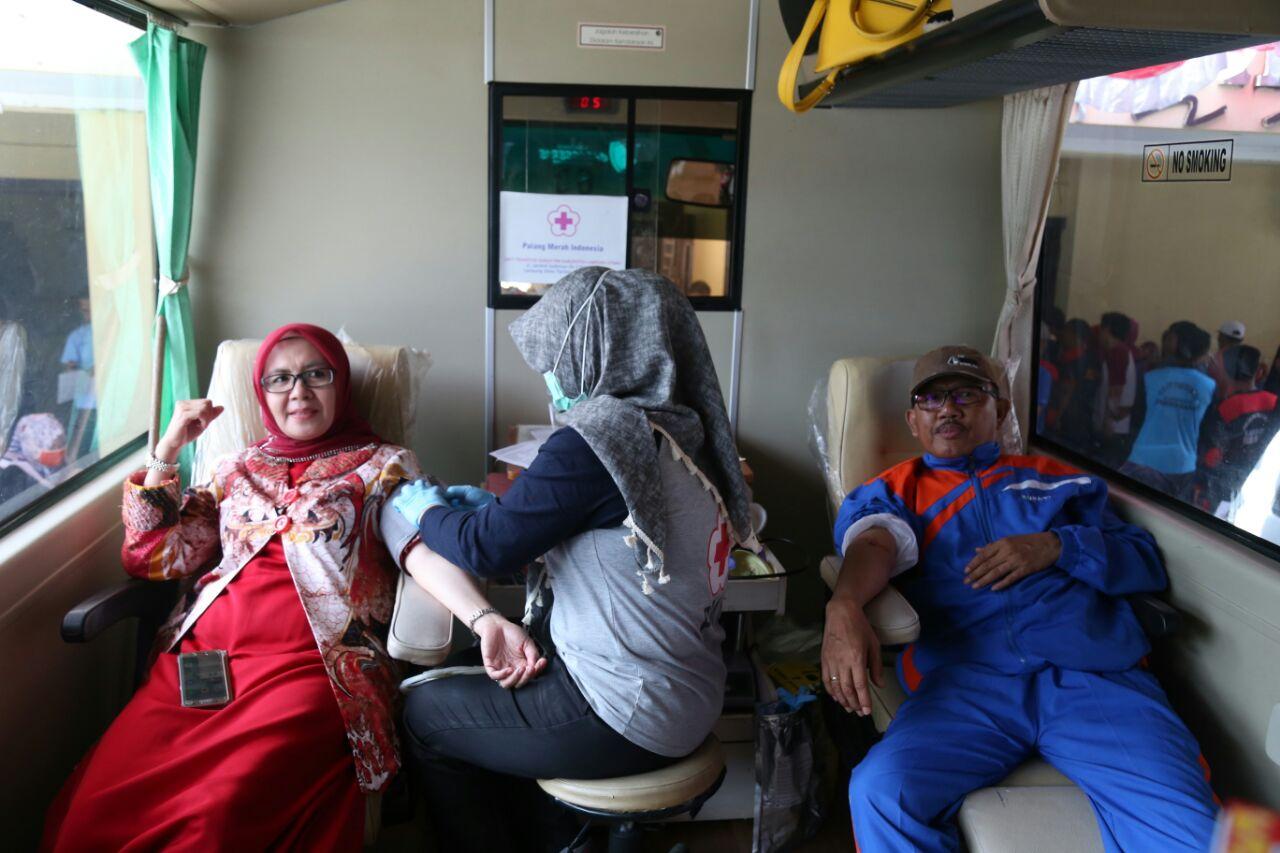 LAMPUNG POST | Gelar Donor Darah HUT RI, Bupati Pesisir Barat Ikut Mendonor