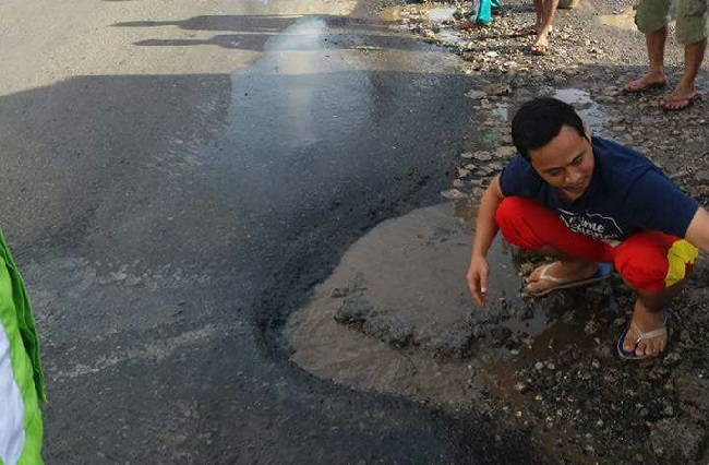 Pemuda Bumi Agung Inisiatif Tambal Jalan Berlubang