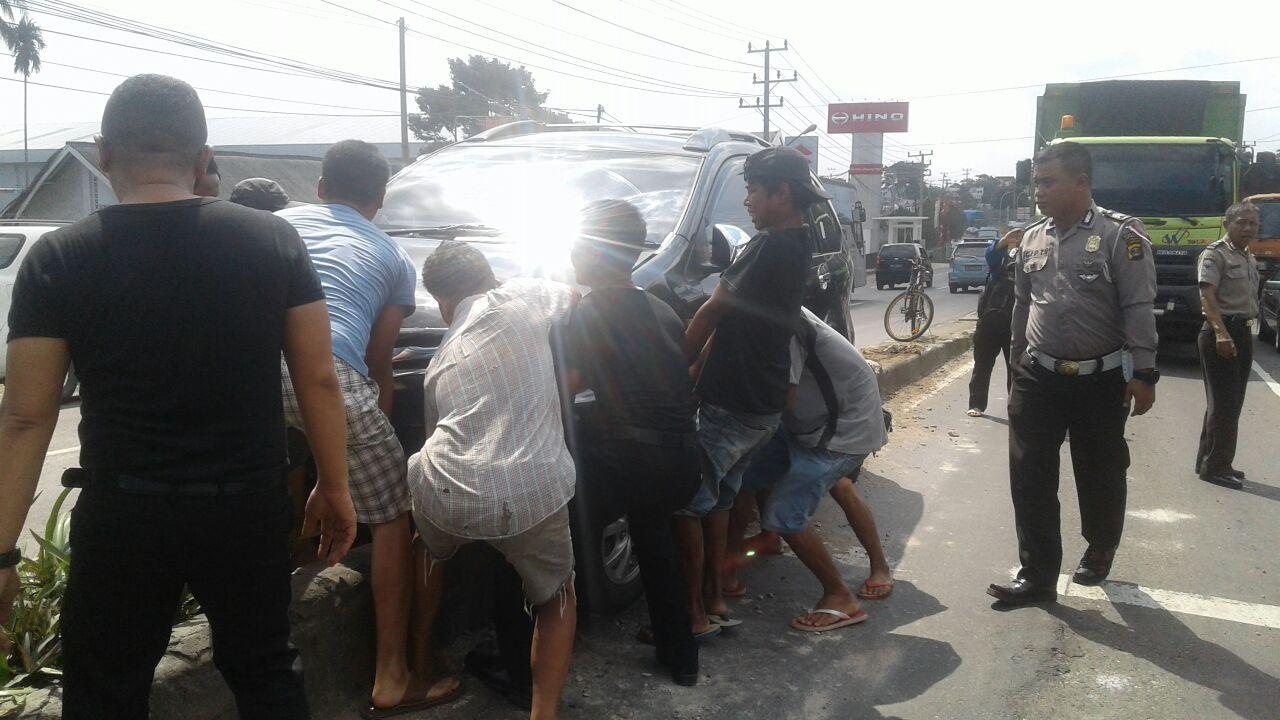 Kecelakaan Tunggal, Avanza Tersangkut Ditengah Pembatas Jalan
