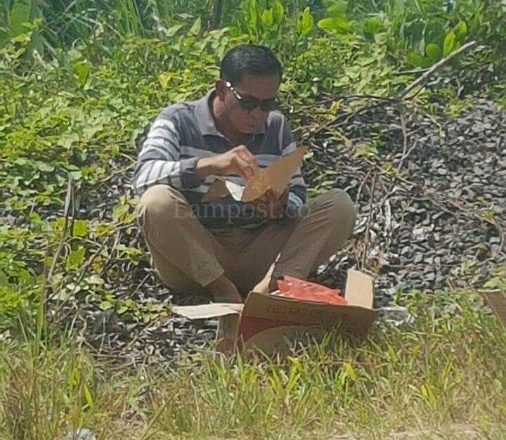 Makan Nasi Bungkus dan Duduk di Gundukan Tanah, Khamami Tuai Banyak Pujian