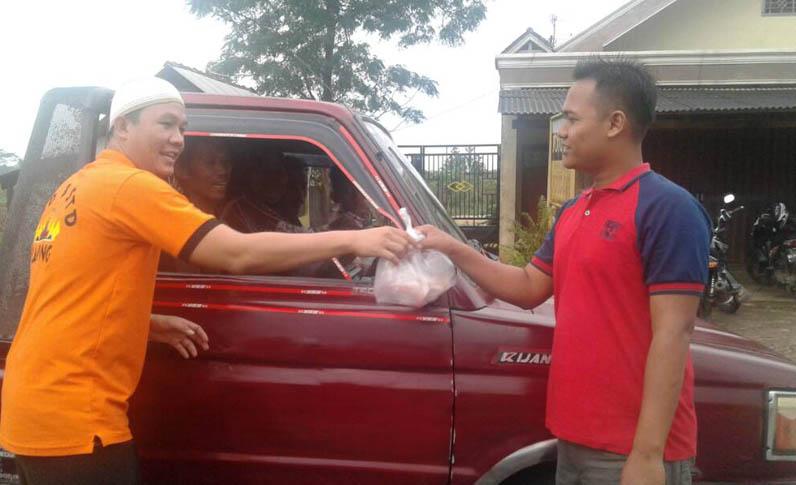 LAMPUNG POST | Anggota Polres Lamtim Angkatan 27 Bagikan Takjil