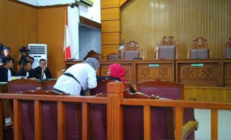 Bacakan Eksepsi, Ratna Sarumpaet Ditemani Anak