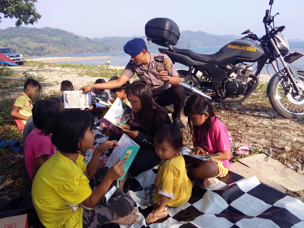 LAMPUNG POST |  Melihat Anak Pesisir Membaca Buku, Kebahagiaan bagi Anggota Polair Ini