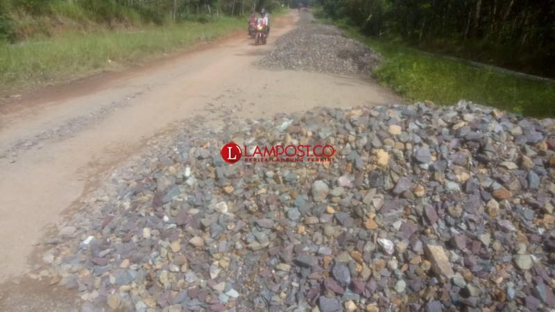 Batu Base B Ruas Jalan Adi Luhur Dianggap Berkualitas Jelek