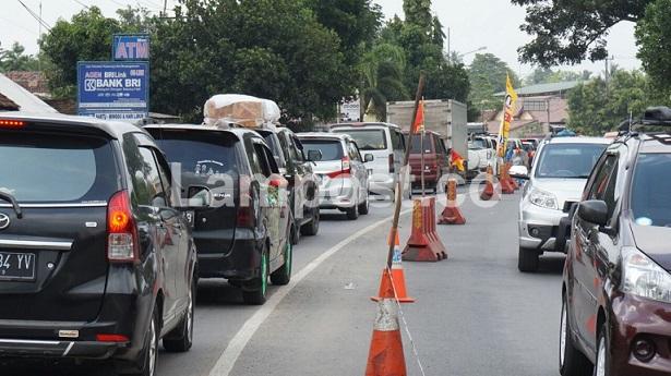 LAMPUNG POST   Urai Kemacetan Jalinsum, Kendaraan Dialihkan ke Desa Talangbaru
