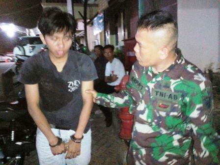 LAMPUNG POST | Babinsa Koramil Tanjungkarang Timur Tangkap Kurir Narkoba