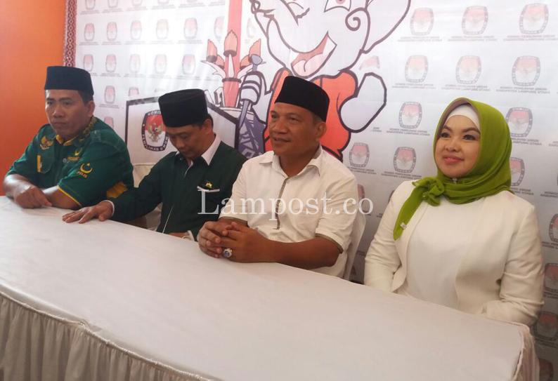 Aprozi Alam-Ice Suryana Resmi Daftar ke KPU Lampung Utara