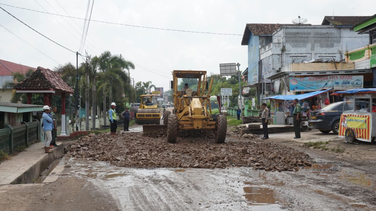 Akhirnya Jalan Rusak di Sidomulyo Diperbaiki