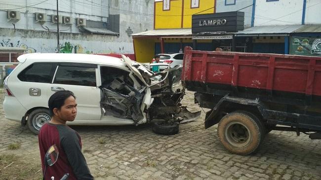 Adu Banteng Dua Mobil di Fly Over MBK Macetkan Jalan