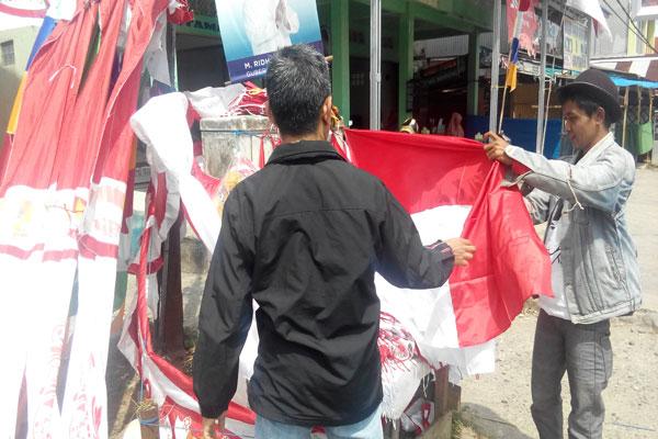 LAMPUNG POST | Sunandar, Penjual Bendera Musiman Lintas Kabupaten