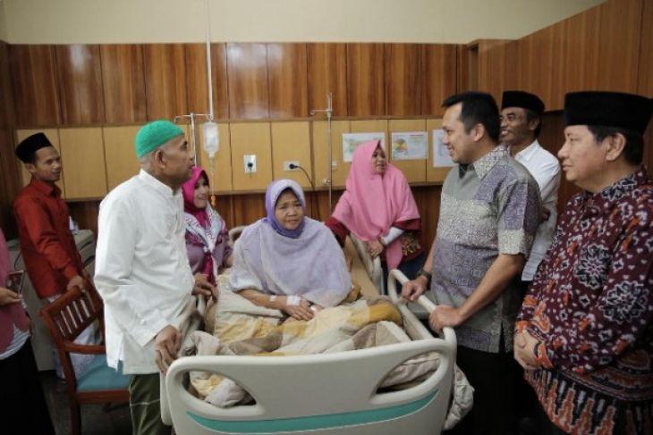 Gubernur Ridho Jenguk Istri KH Muhsin Abdillah di Rumah Sakit