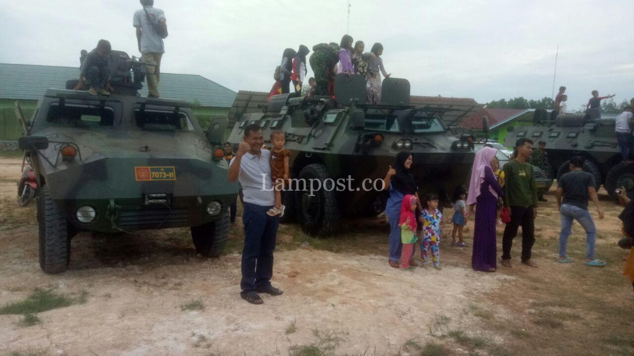 LAMPUNG POST | 4 Anoa TNI AD Hibur Warga Simpang Pematang