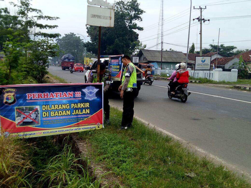 Satlantas Lamsel Pasang Larangan Parkir di Jalinsum KM 54/55